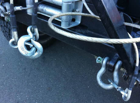 A shackle and two hooks are tied on a car.